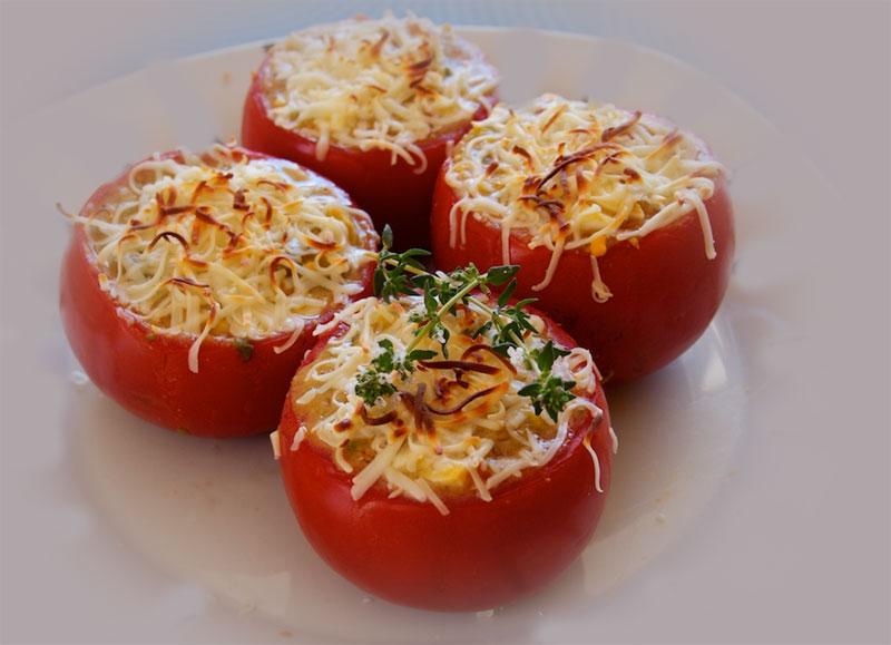 Fırnda kızartılmış peynirli sarımsaklı domates dolması fırın yemekleri